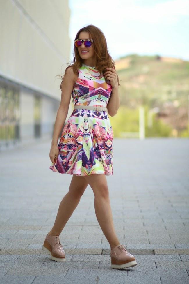 Девушка в цветном сарафане и бежевых криперах