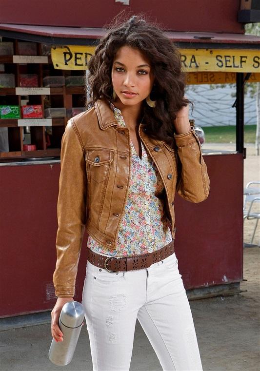 Девушка в цветочной блузке и белых брюках