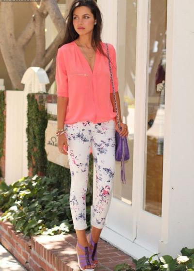 Девушка в цветочных брюках