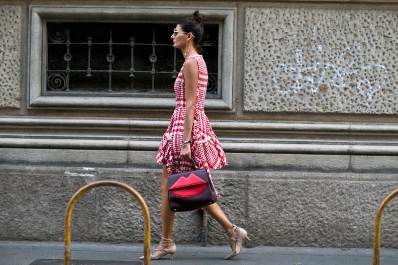 Два тренда на одном фото, обратите внимание на туфли и сумочку!