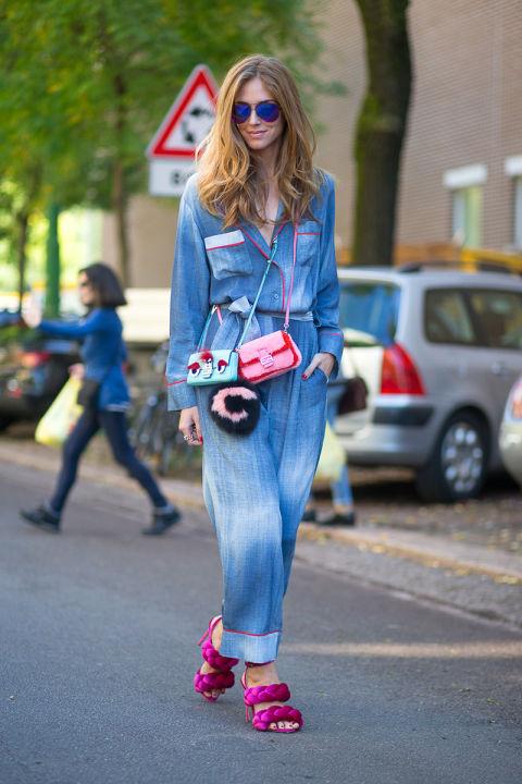 Джинсовые тотал-луки мы встречали на ньюйоркских модниках и видим внвь. Очаровательная Chiara Ferragni демонстрирует не менее прелестную одежду и фантастические туфли
