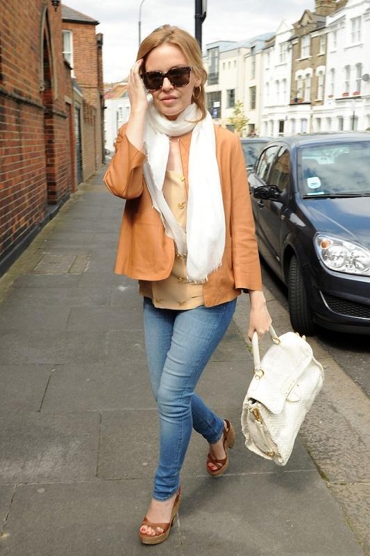 Кайли Миноуг в коричневой куртке