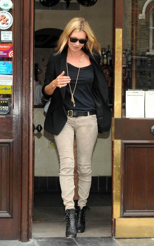 Кейт Мосс в бежевых брюках