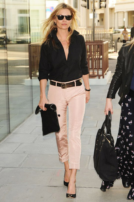 Кейт Мосс в бледных джинсах и черной блузке