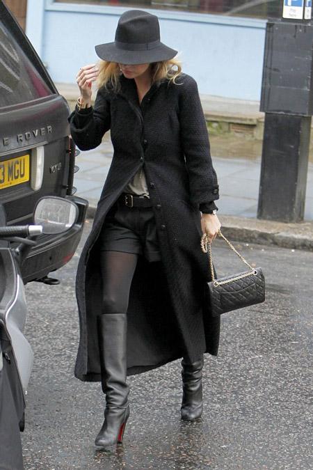Кейт Мосс в черном пальто и шляпе