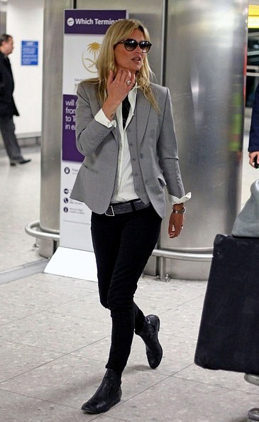 Кейт Мосс в черных брюках и сером жакете