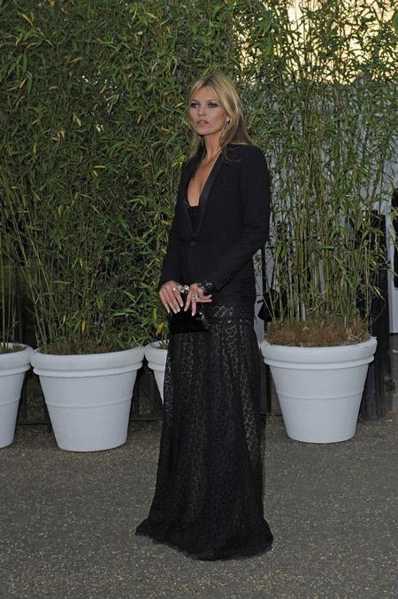 Кейт Мосс в длинном платье и черном жакете