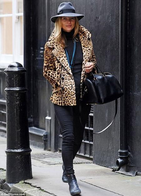 Кейт Мосс в джинсах и леопардовой куртке