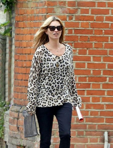 Кейт Мосс в леопардовой блузе