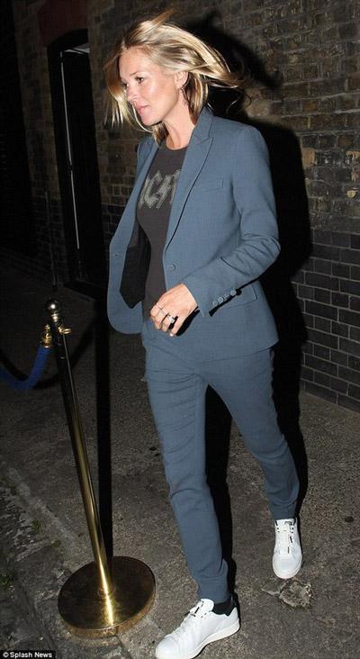 Кейт Мосс в сером брючном костюме и белых кроссовках