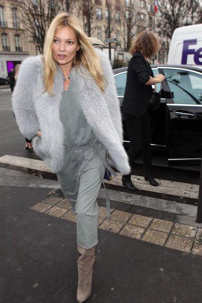 Кейт Мосс в сером платье и шубе