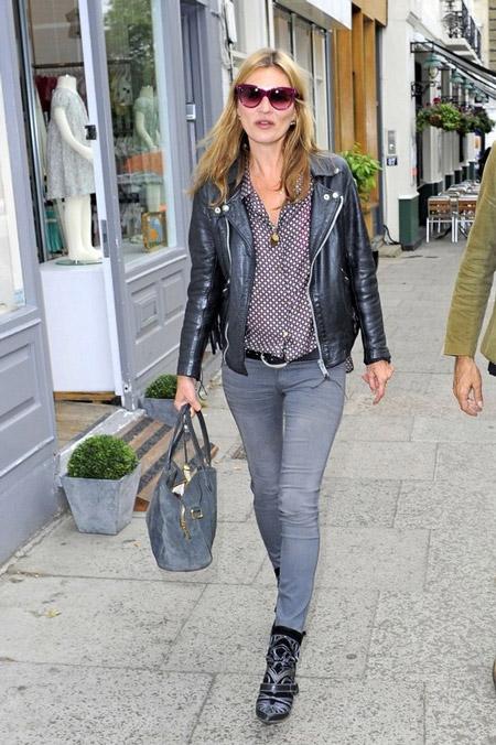 Кейт Мосс в серых джинсах и кожаной куртке