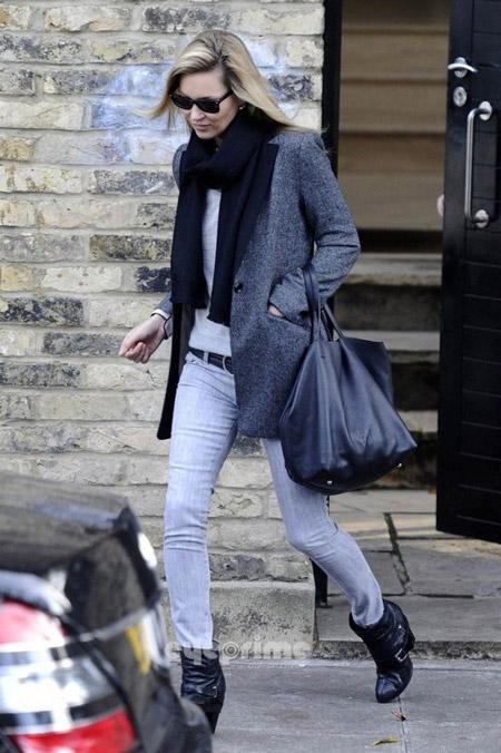 Кейт Мосс в серых джинсах