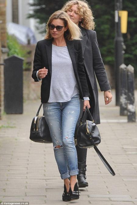 Кейт Мосс в синих джинсах и черном жакете