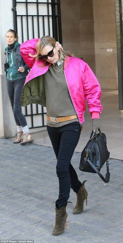 Кейт Мосс в темных джинсах и розовой куртке