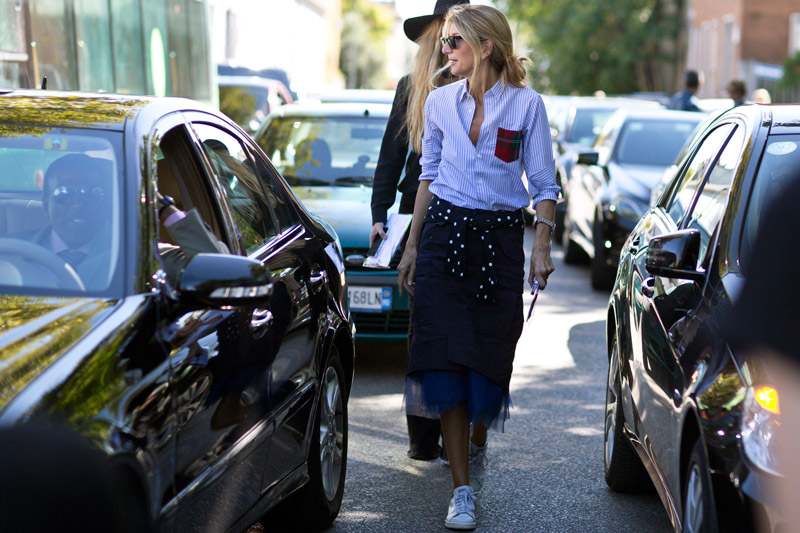 Кроссовки и юбки длины миди завоевали улицы Милана и наши сердца