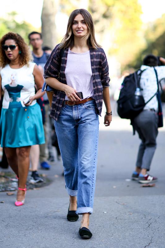 Модель в джинсах бойфренда, белой футболке и темой рубахе клетку