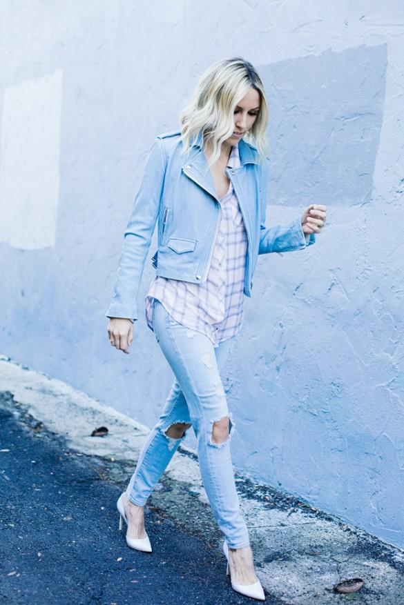 Модель в рванных джинсах, светлой рубахе в клетку и голубой джинсовке
