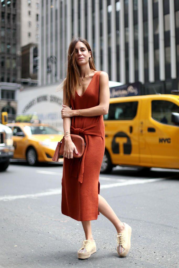 Модель в сарафане кирпичного цвета и криперах на шнуровке