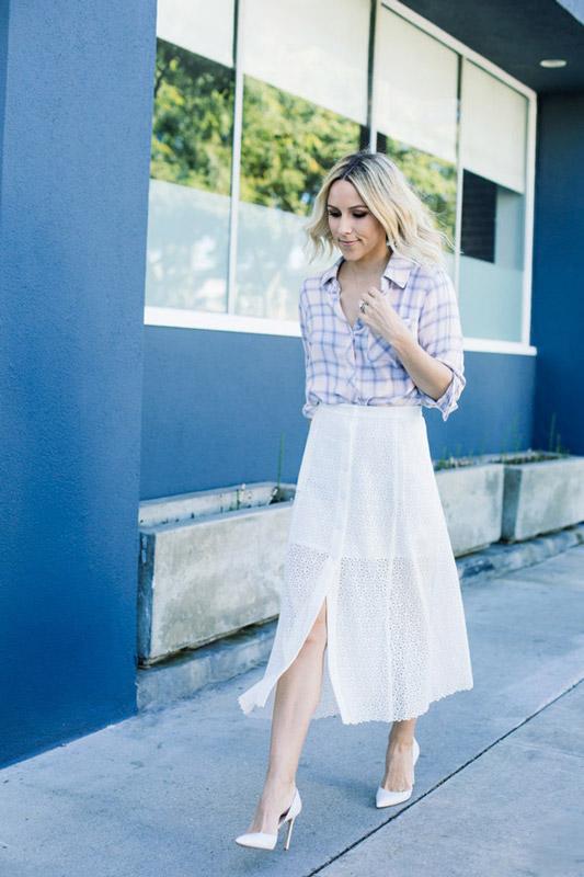 Нежный образ, модель в белой юбке миди и светлой рубахе в клетку