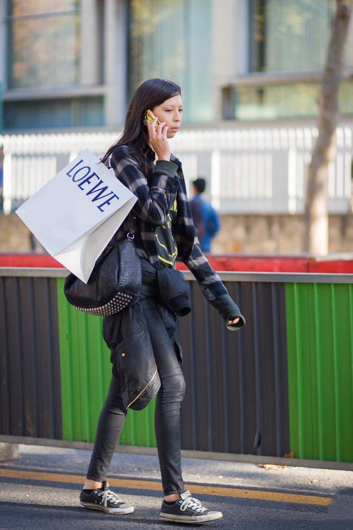Повседневный образ, модель в узких джинсах и темной рубахе в клетку