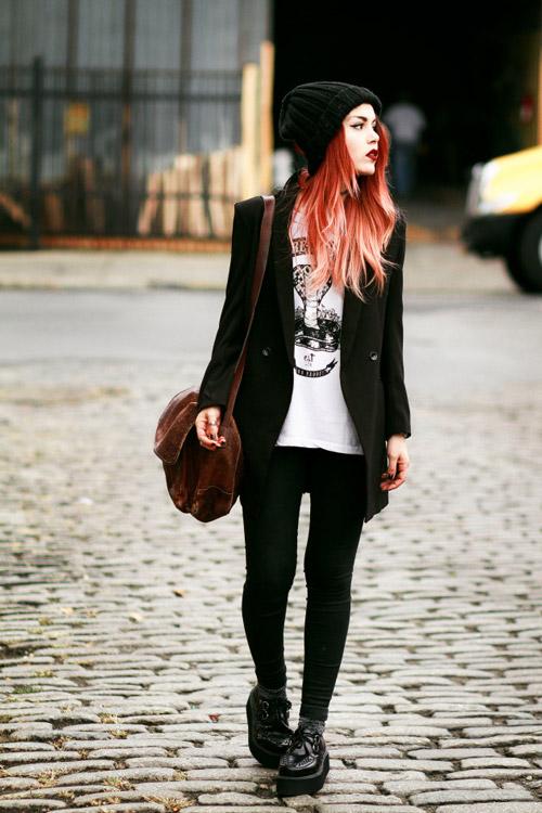 Девушка в черных криперах, жакете и белой футболке