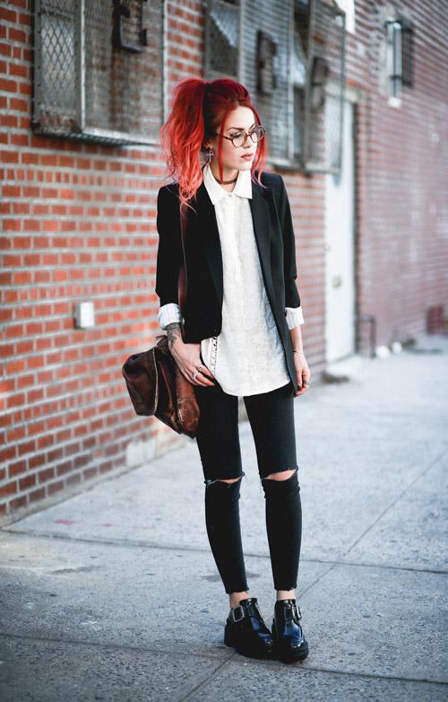 Девушка в рваных джинсах, криперах и жакете
