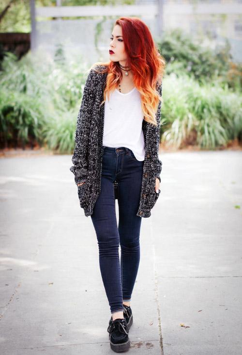Девушка в черных криперах, джинсах и серой кофте
