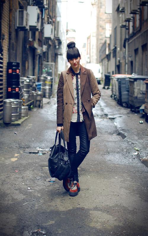 Девушка в криперах, кожаных штанах и пальто