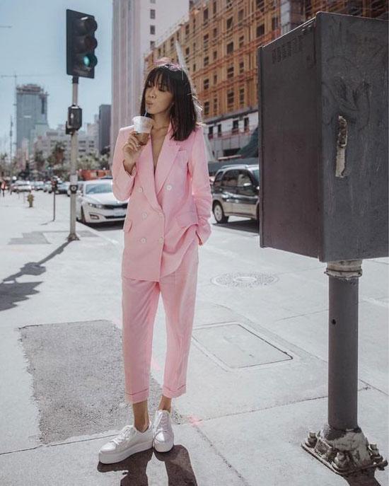 С чем сочетать женский розовый жакет