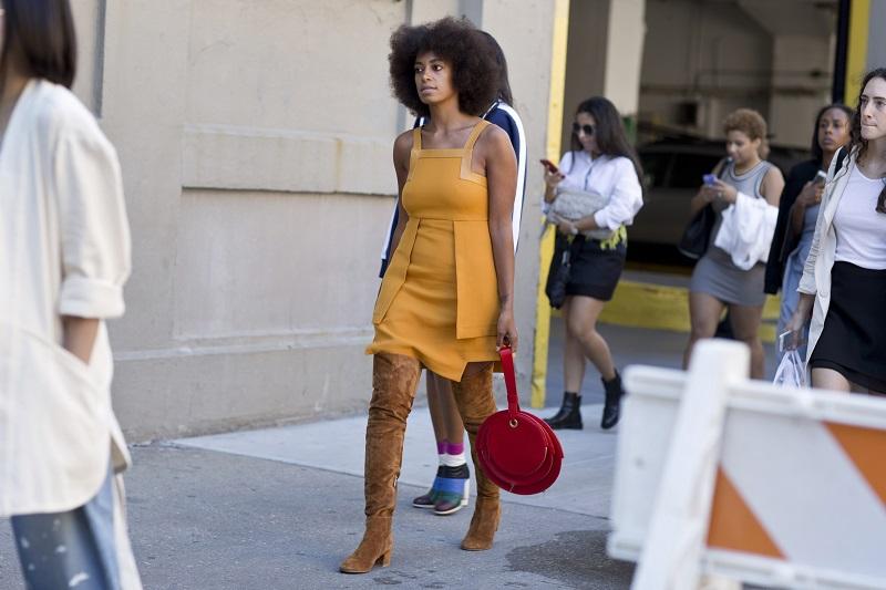 Кстати о цвете, помимо голубого топовые позиции среди уличных модниц Нью-Йоркастал занимать горчичный и бежевый