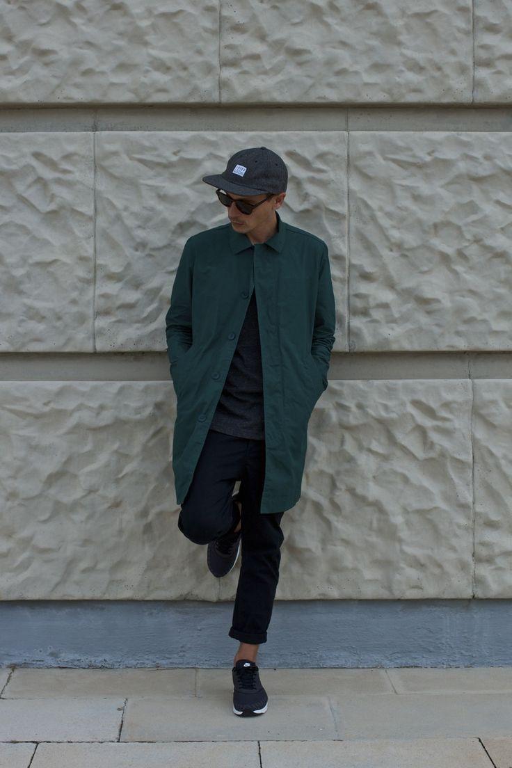 мужчина в кроссовках, кепке и плаще