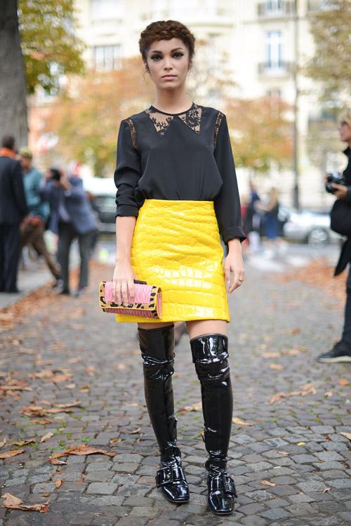 Черные лакированые сапоги выше колен, узкая желтая юбка и черная блуза