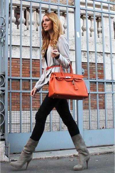 Девушка с рыжей сумкой