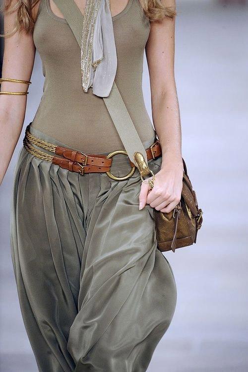 Девушка с сумкой в стиле сафари