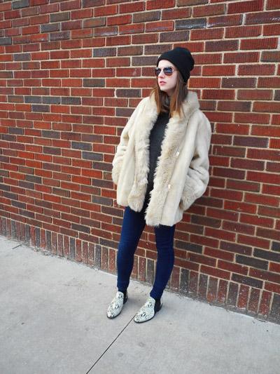 Девушка в ботинках без каблука