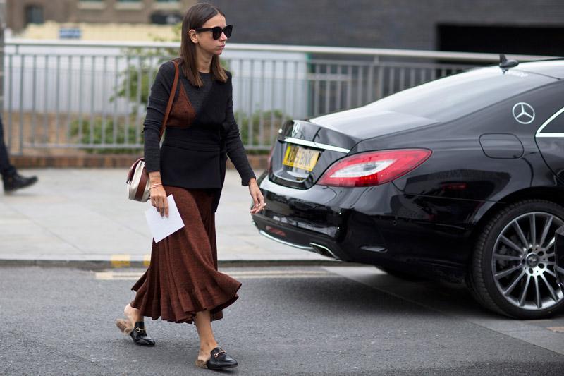 Девушка в черной кофте и коричневой юбке, теплый образ