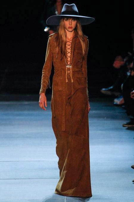 Девушка в длинном платье в стиле сафари