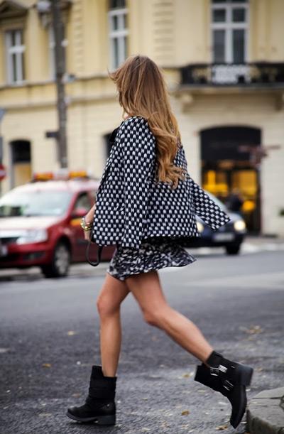 Девушка в грубых ботинках