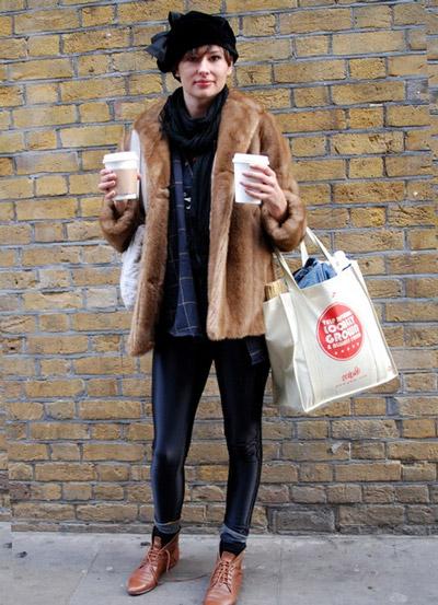 Девушка в коричневых ботинках на шнурках