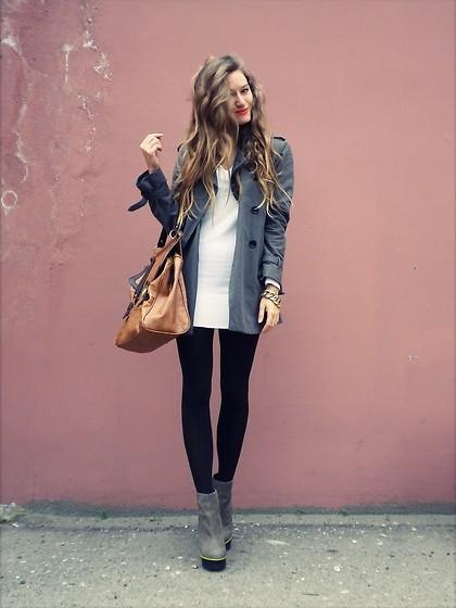 Девушка в коротком сером пальто
