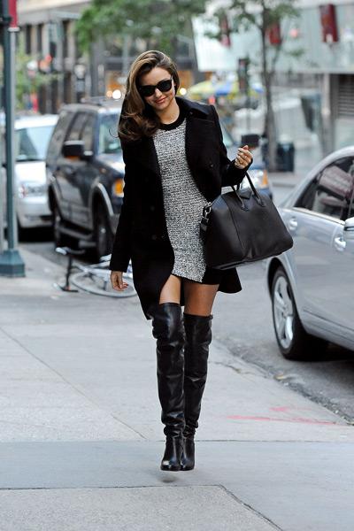Девушка в кожаных сапогах на низком каблуке