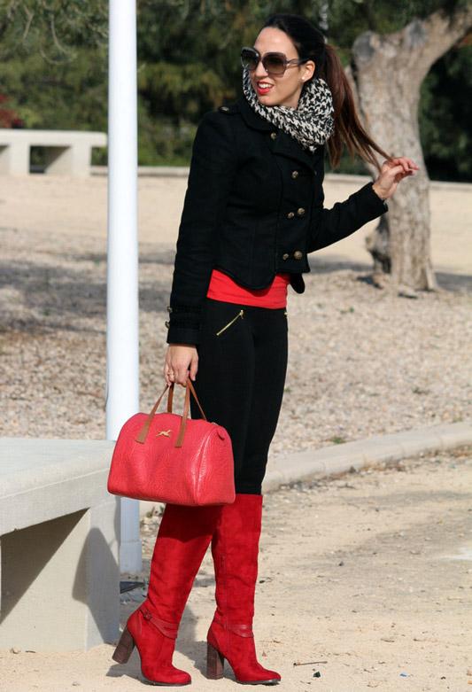 Девушка в красных сапогах на каблуках