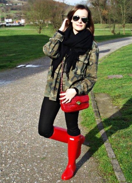 Девушка в куртке хаки