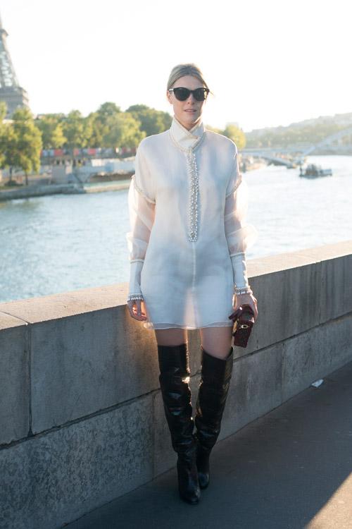Девушка в лаковых сапогах выше колен и белом мини платье