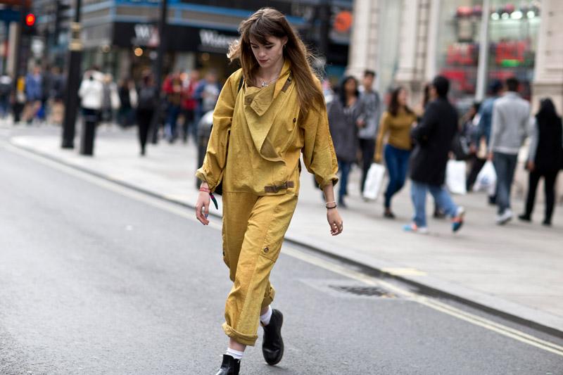 Девушка в молодежном желтом комбинезоне
