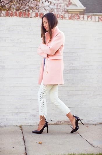 Девушка в нежно-розовом пальто