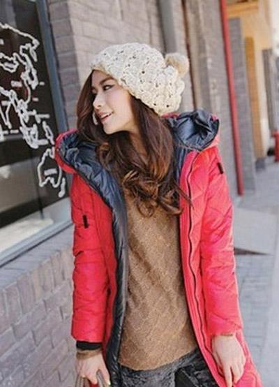 Девушка в объемной вязаной шапке
