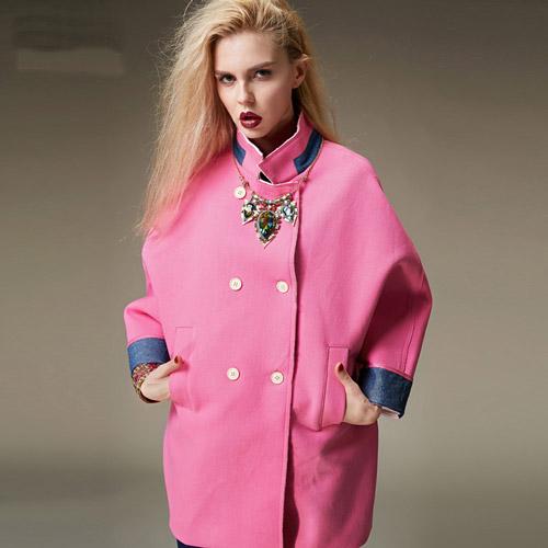 Девушка в пальто-оверсайз