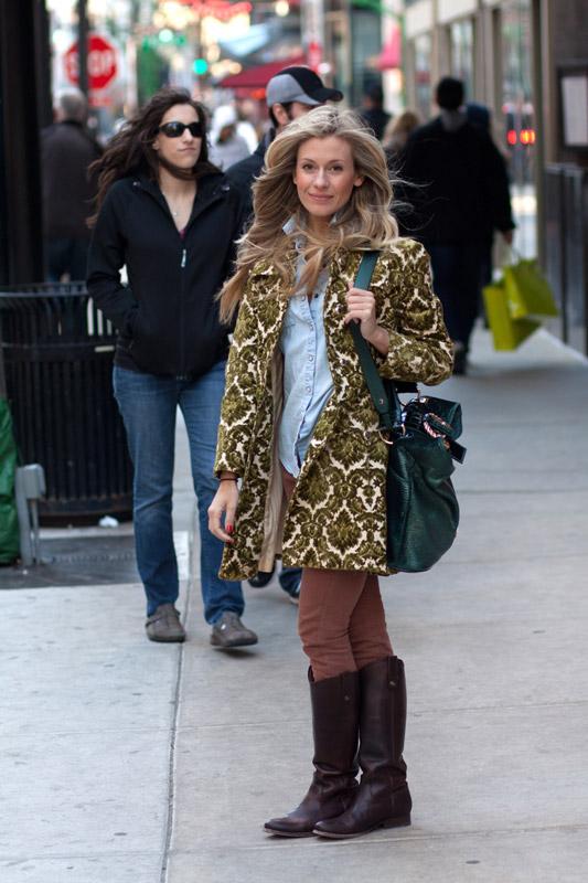 Девушка в пальто с принтом